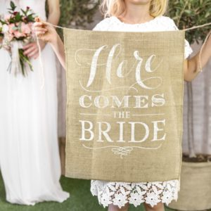 "Schild aus Jutestoff ""Here comes the bride"""